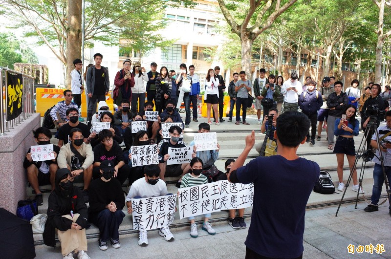 國立東華大學學生會發起聲援行動,將發動全台大學串連,聲援行動引起大批學生圍觀、鼓掌。(記者花孟璟攝)