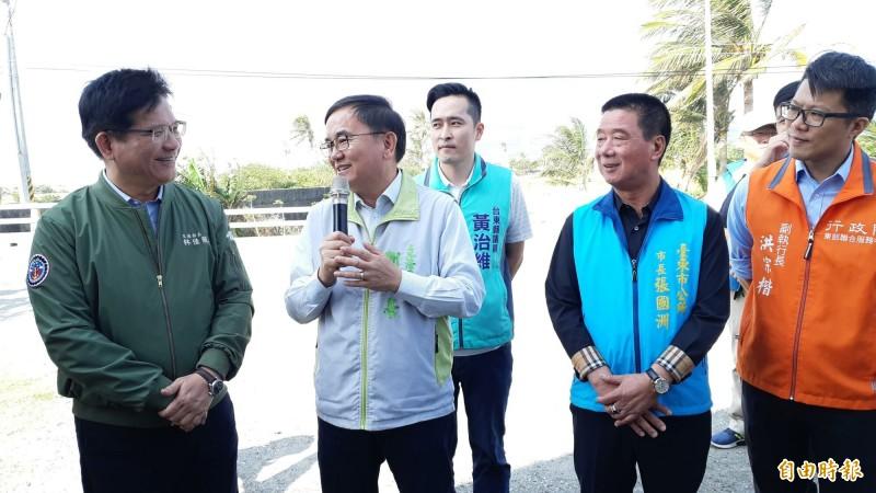 交通部長林佳龍(左)今天由立委劉櫂豪(左2)安排視察多項建設需求,台東市長張國洲(右2)也爭取省道路燈汰換,他都允諾支持。(記者黃明堂攝)