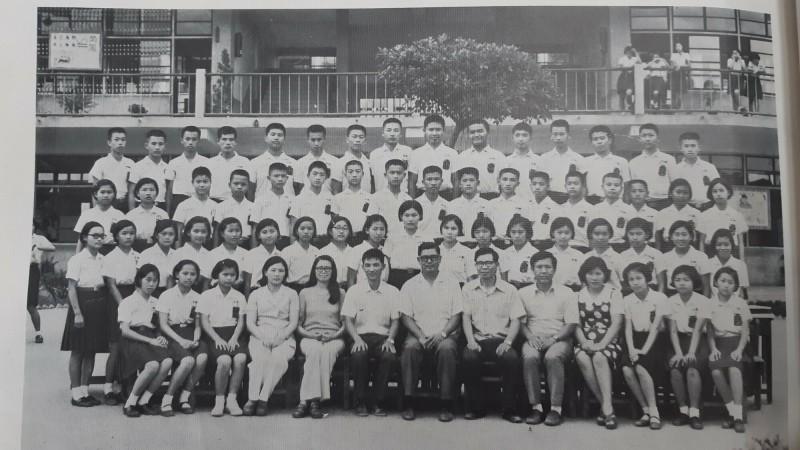 民國63年畢業的新生國中3年1班。余湘(第2排右起第2位)及黃健庭(第3排右起第8位)是同班同學。(記者黃明堂翻攝)