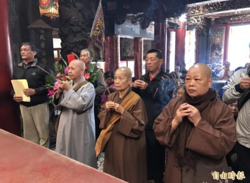 碧雲禪寺住持釋宗(前排右2)曾帶領比丘尼們到白沙屯拱天宮媽祖來參拜。(資料照)