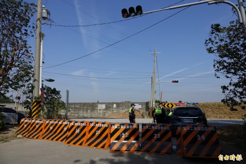 為了不讓全興工業區濱海大道成為超車大道,警方安排機動測速勤務。(記者劉曉欣攝)