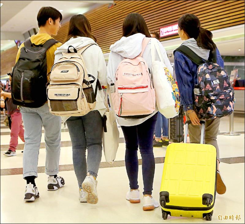 港警闖入香港中文大學,衝突不斷,不少在港台生搭機返台。(記者朱沛雄攝)