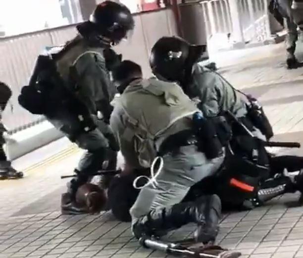 多名港警將孕婦壓制在地。(圖擷自周庭推特)