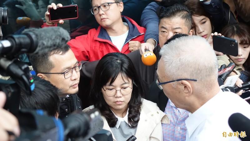 國民黨主席吳敦義今天上午探視昨晚靜坐一夜抗議不分區名單的台北市議員羅智強等人。(記者塗建榮攝)