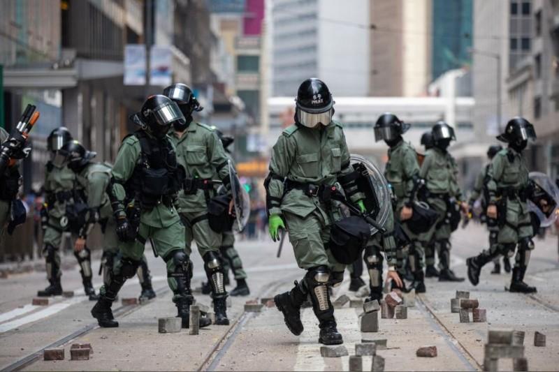 英國《衛報》報導,亞洲及太平洋地區事務的政務次官惠勒表示,英國政府脫歐後將引入人權制裁制度。圖為港警處理示威者在馬路上設置的路障。(歐新社)