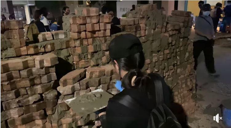 中大學生為抵抗港警,在校內持續用磚牆作為路障,並以水泥加固。(圖擷自「行走的故事詩2.0/yanwu」臉書)