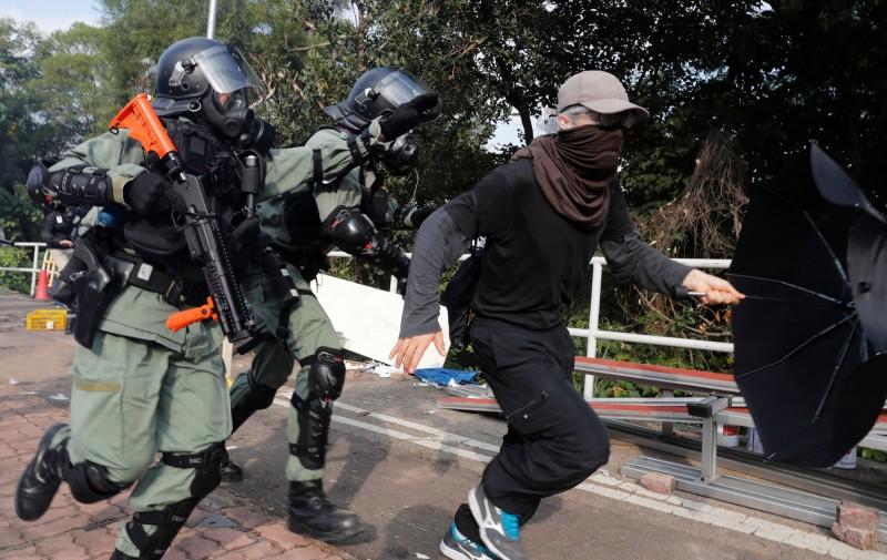 港府鎮暴警察進入香港中文大學搜捕學生。(路透)