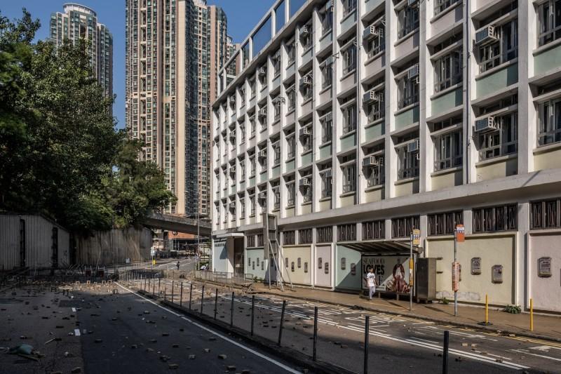 香港大學今(14)日宣布,終止這學期本部校園所有課程。圖為港大校園外的般咸道佈滿路障。(彭博)