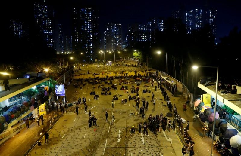 香港示威情勢加劇,戰場進入校園,香港中文大學更在昨(13)晚宣布,本學期即起結束。(路透)
