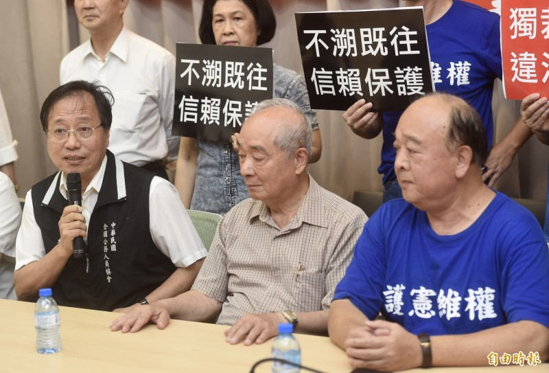 全國公務人員協會榮譽理事長李來希(左一)。(資料照)