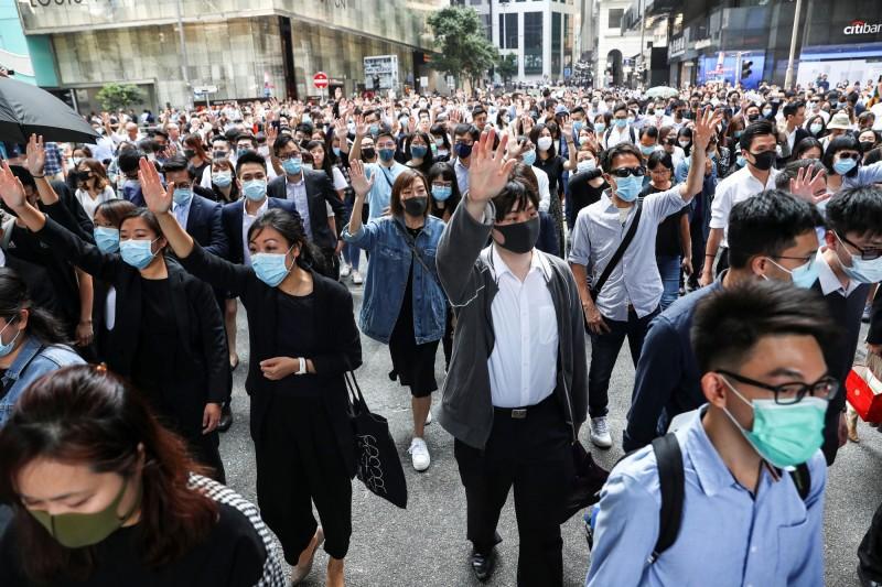 香港市民中午發動快閃集會,大批民眾聚集中環、太古,利用午休時間抗議。(路透)