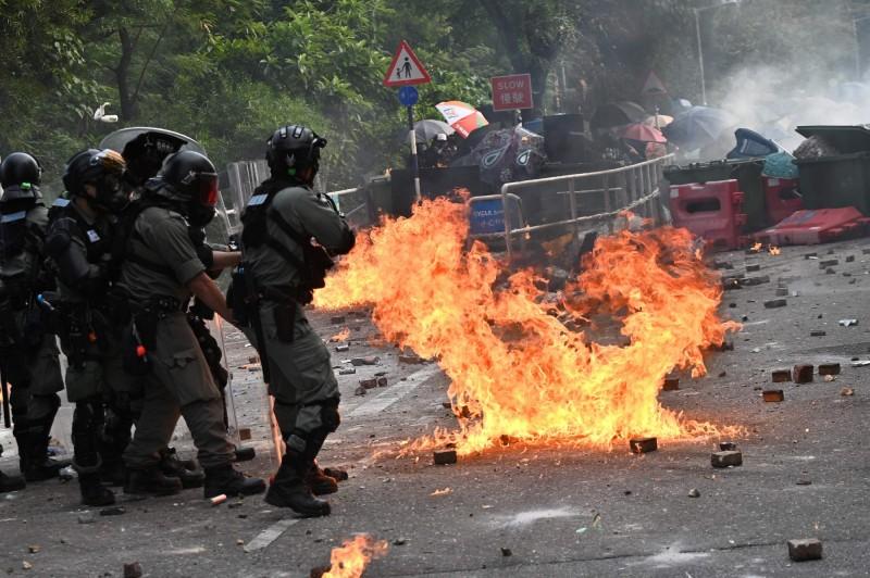 隨著香港反送中運動越演越烈,中國官媒《環球時報》爆料,預計香港本週末實施宵禁。(法新社)