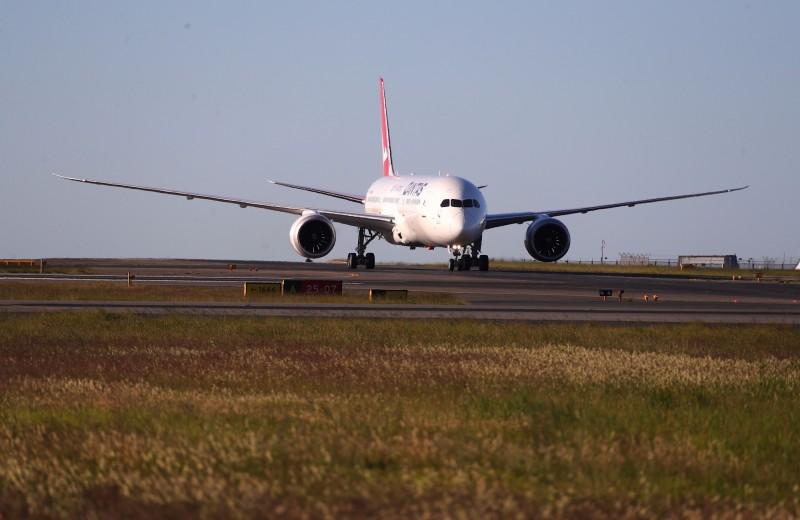 澳洲航空從英國倫敦飛往雪梨的超長途班機起飛,預計1.78萬公里的航程約需花費19小時。圖為澳航日前達成的紐約─雪梨航班。(法新社)