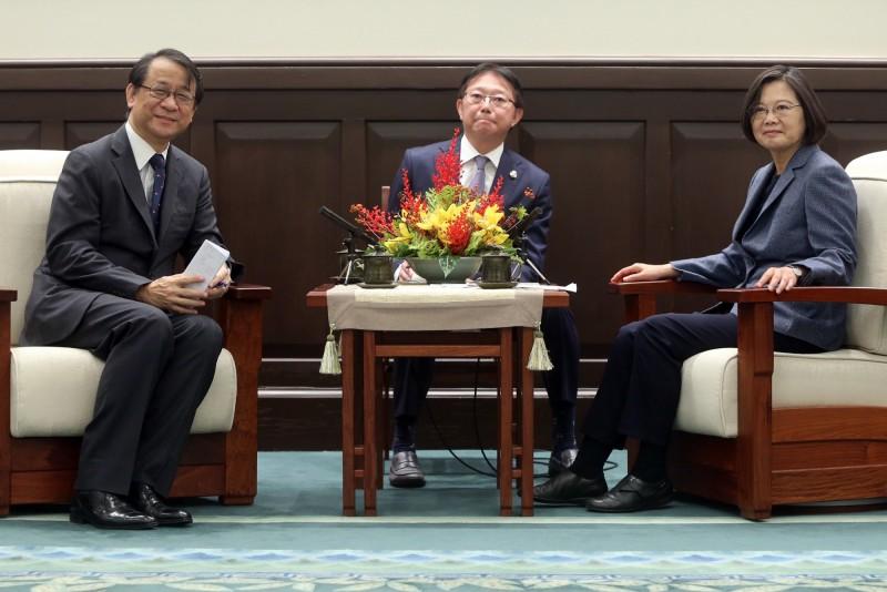 總統蔡英文(右)14日在總統府接見日本台灣交流協會台北事務所新任代表泉裕泰(左)。(中央社)