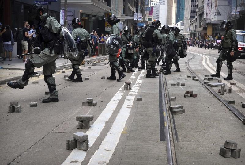 香港示威活動情況嚴峻,戰場延燒到大學校園,南韓媒體報導指稱,已有不少南韓留學生在考慮到人身安全後,紛紛回國。(美聯社)