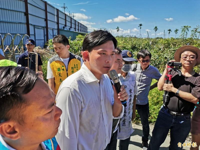 黃國昌多次南下枋寮與居民對抗樂樂養雞場。(資料照)