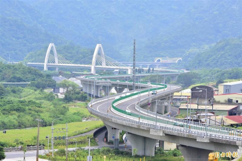 蘇花改白米溪景觀橋,以白米作為意象,與橋下水稻田相互輝映,是蘇花改地標,入選最美公路,擠入前五名。(記者張議晨攝)