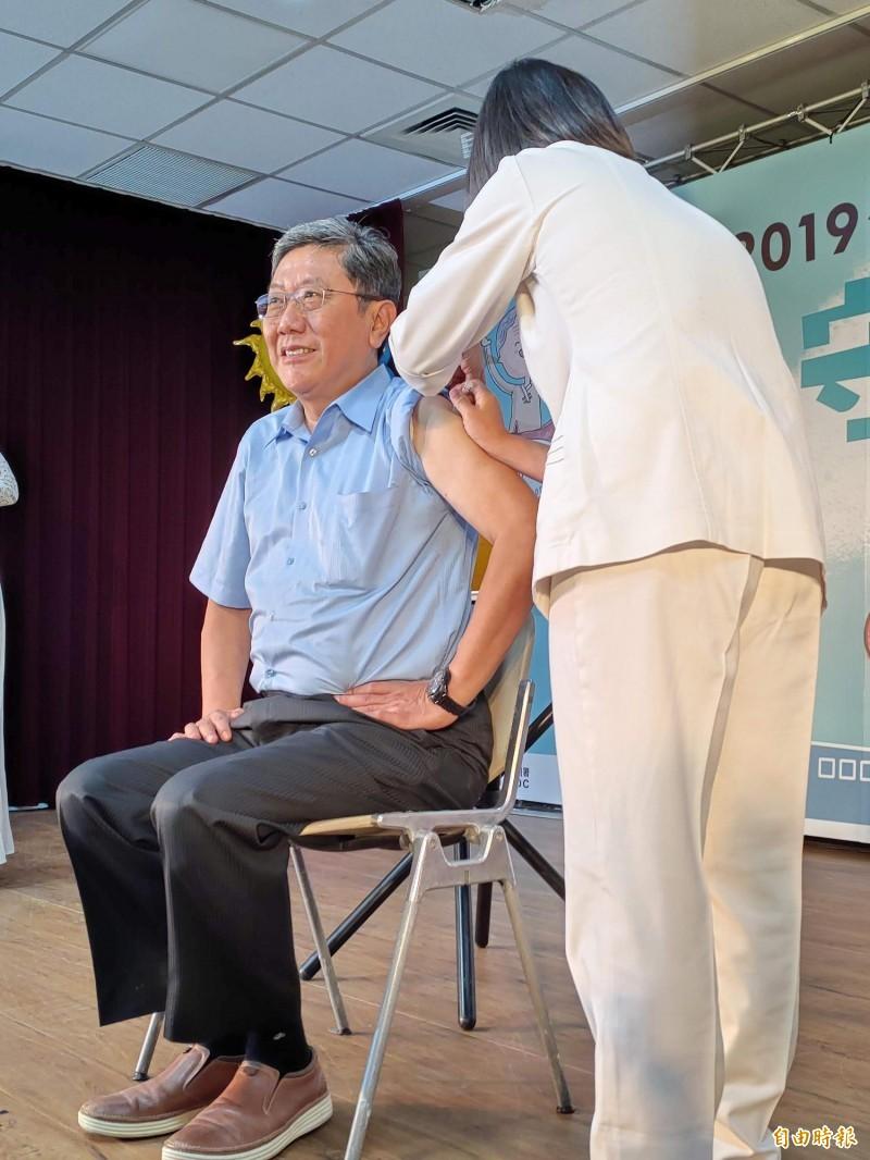 醫師李秉穎接受公費流感疫苗接種。(記者吳亮儀攝)