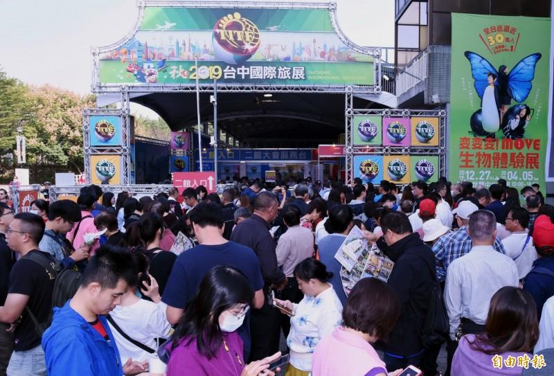 秋季台中國際旅展開展前,會場外已有大批民眾排隊。(記者張菁雅攝)