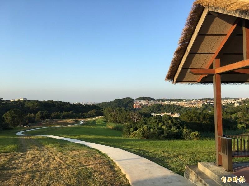 新竹市青青草原新景點完工,包括生態池和水管景點及親子遊樂區等,已吸引大批民眾前往。(記者洪美秀攝)
