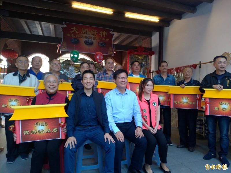 交通部長林佳龍(前排中間)出席民進黨立委何志偉(前排左二)舉辦記者會,與大稻埕一代宗教、宮廟代表合照。(記者蔡亞樺攝)