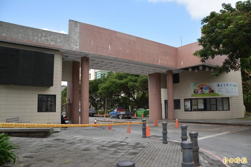 伴隨國立宜蘭大學27年的校門,今天起開始拆了。(記者游明金攝)