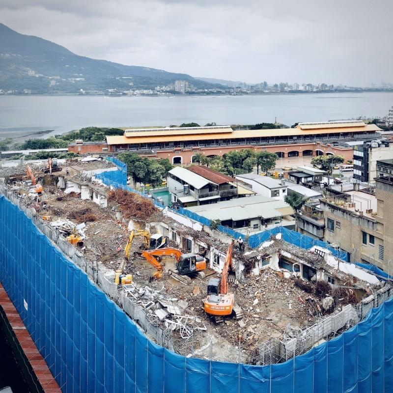 新北市都市更新處今(15)日宣布,危險及老舊建築重建核准量達100案。圖為淡水東來大廈拆除重建。(新北市政府提供)