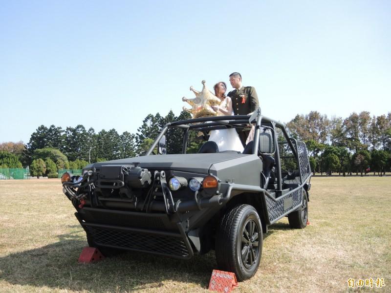陸軍聯合婚禮,新人在軍用車輛上拍照留念。(記者許倬勛攝)