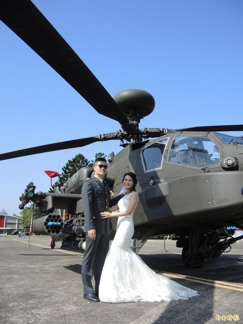 陸軍聯合婚禮,新人拍照留念。(記者許倬勛攝)
