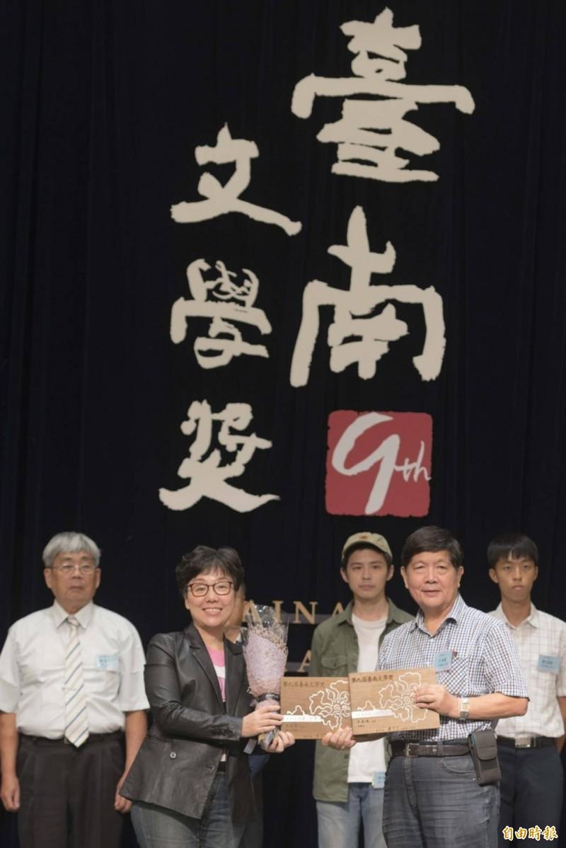 今年「第9屆台南文學獎」,王永成(前右)是最大贏家,他一人就拿下台語短篇小說首獎、華語現代詩首獎、台語現代詩佳作3個獎項,台南市副市長王時思(前左)頒獎。(記者洪瑞琴攝)
