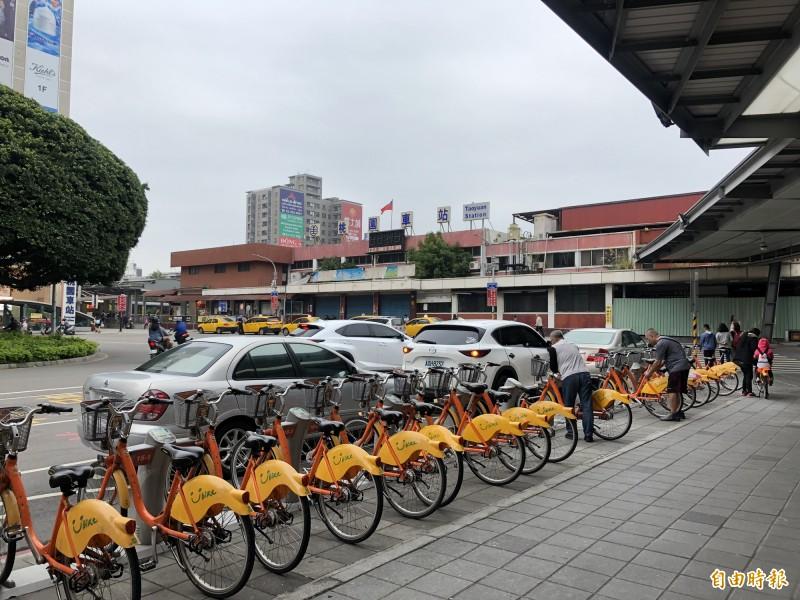 桃園火車站的YouBike站,因在交通要塞,周轉率高達31.12%。(記者魏瑾筠攝)