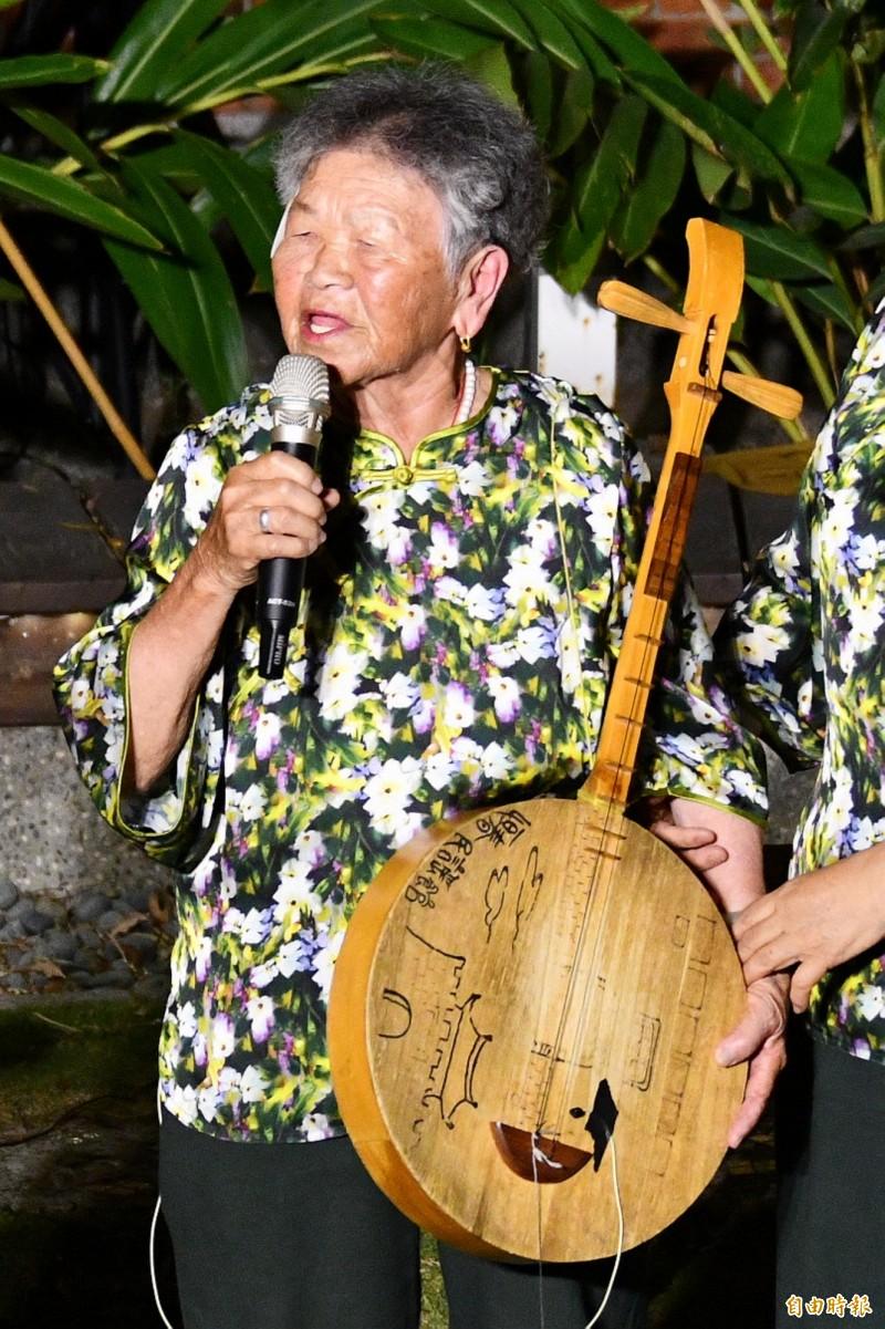 陳英是少數能完整詮釋當地6種曲調的國寶級大師。(記者蔡宗憲攝)