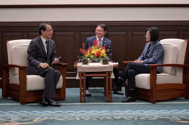 蔡英文總統14日下午接見「日本台灣交流協會台北事務所」新任代表泉裕泰,期盼未來攜手合作,持續強化台日的夥伴關係。(總統府提供)