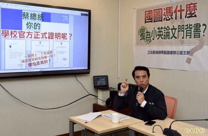 國民黨立委陳學聖持續追打蔡英文論文。(記者簡榮豐攝)