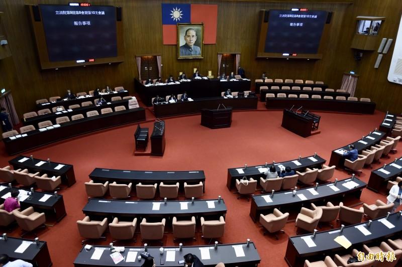 立法院今日院會審法案,時代力量黨團臨時提案全被否決。(記者簡榮豐攝)
