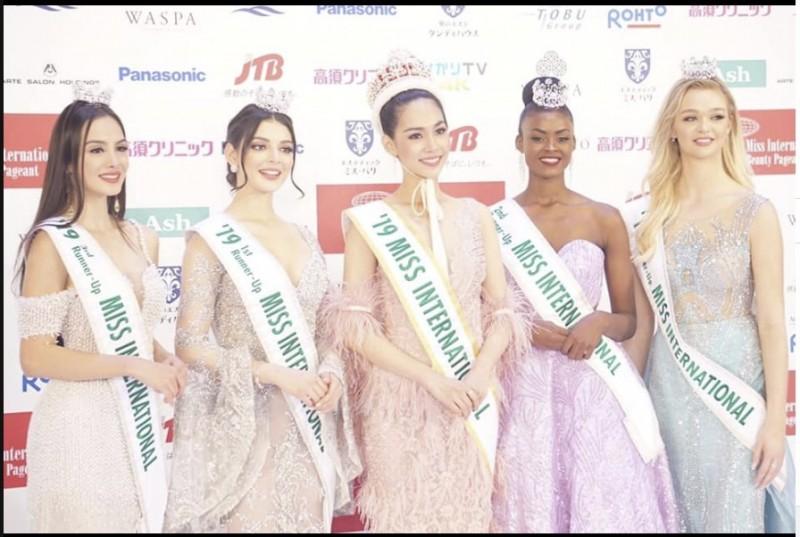 第58屆國際小姐選美大賽日前在東京落幕,由25歲泰國籍的藥師詩麗通(中)贏得后冠。(圖擷自臉書)