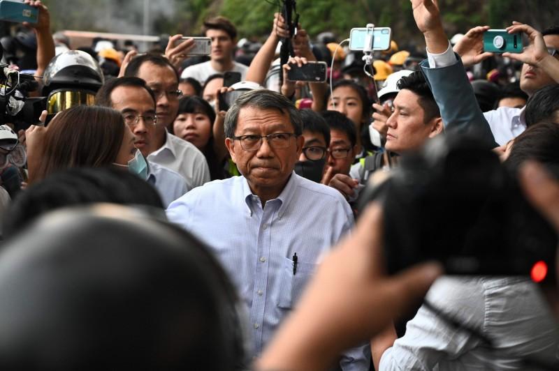 香港中文大學校長段崇智(中)表示,中大校園已遭外來人士佔領,情況完全失控。(法新社)