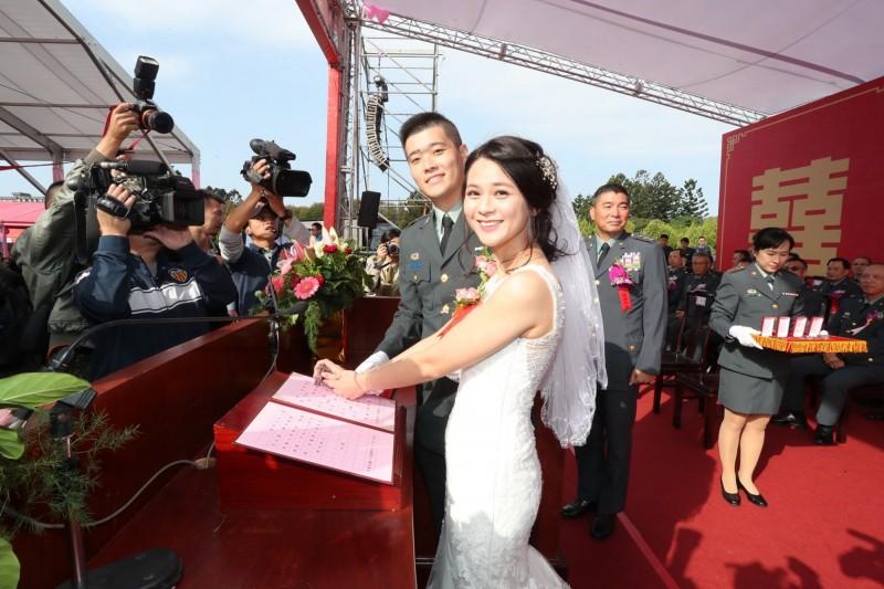 陸軍司令部勤務營買郁軒上尉,配偶楊媛鈞上尉(前)參加聯合婚禮。(取自陸軍臉書)