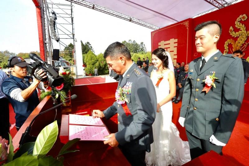買郁軒與楊媛鈞參加聯合婚禮。(取自陸軍臉書)