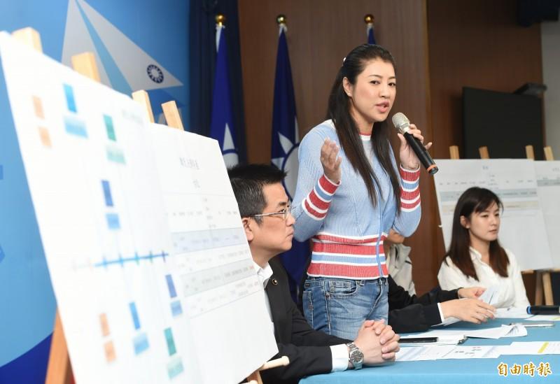 韓國瑜競選辦公室副執行長許淑華質疑媒體資料不可能再韓國瑜淡出政壇後,從選舉公報上取得,更質疑這是有人「餵養」媒體。但此話一出馬上遭現場《壹週刊》記者打臉。(記者方賓照攝)
