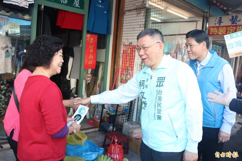 台北市長柯文哲(右二)與無黨籍立委參選人黃定和(右),今到蘇澳鎮中原路市場掃街、拜票。(記者林敬倫攝)