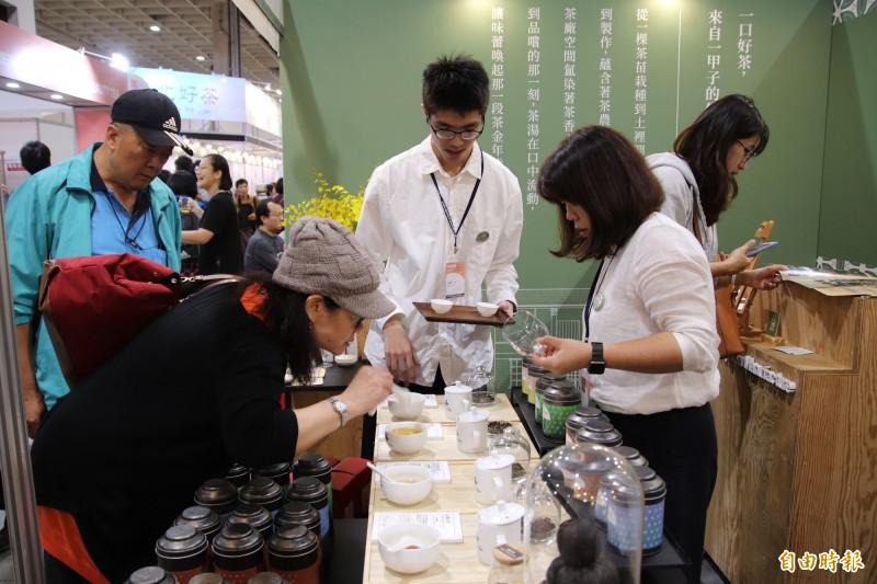 新埔振慶製茶廠推出的「迎香紅茶」讓不少品茗人好奇,忍不住想要先品為快。(記者黃美珠攝)