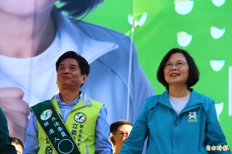 蔡英文(右)和吳琪銘的聯合競總成立大會成立。(記者邱書昱攝)
