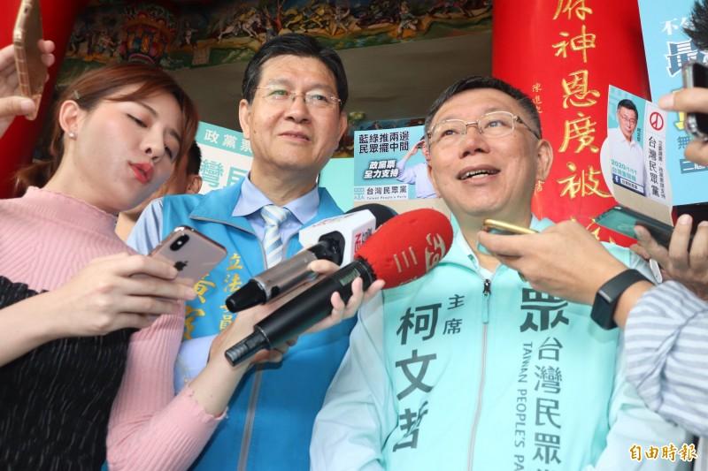 一邊一國行動黨研擬將陳水扁列入不分區名單,台北市長柯文哲(右)今在宜蘭受訪時說,現在醫生不是他,當年他當陳水扁的醫生時,的確符合保外就醫的條件,現在他要撇清責任。(記者林敬倫攝)