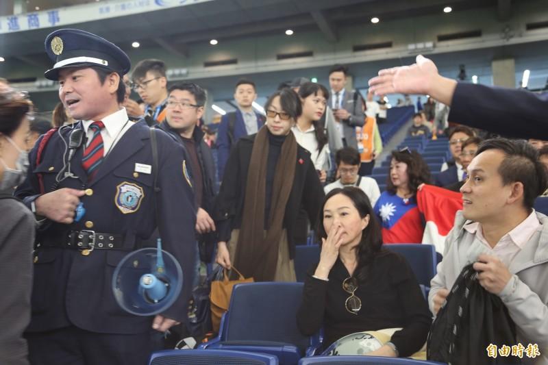 李佳芬現身東京巨蛋引起媒體騷動,被警衛制止。(記者林翠儀攝)