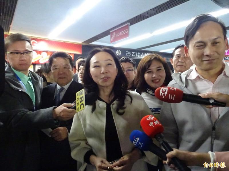 由於有預告李佳芬將到東京巨蛋看球,媒體大陣仗堵麥引來側目。(記者林翠儀攝)