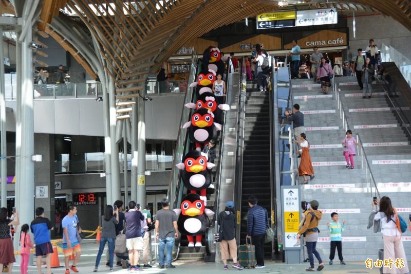 花蓮吉祥物「紅面鴨」宣傳「2019太平洋溫泉花車嘉年華」,今天中午提前快閃花蓮火車站,一字排開搭乘手扶梯的模樣萌翻旅客。(記者王峻祺攝)