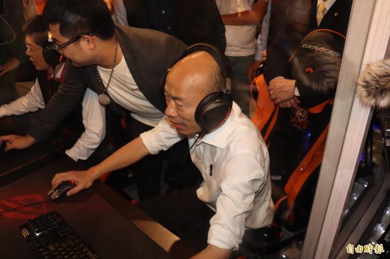 韓國瑜嘗試操作電競遊戲。(記者翁聿煌攝)