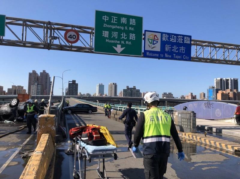 新北市三重中興橋往三重下橋處傳出3車車禍,1乘客被活活燒死。(記者吳仁捷翻攝)