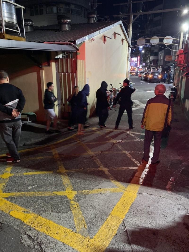 基隆市鐵路街艷名遠播,警方昨晚找來警專剛畢業「生面孔」喬裝嫖客,罕見一晚破獲2間業者。警訊後,將2業者(戴帽子)依妨害風化罪嫌送辦。 (記者林嘉東翻攝)